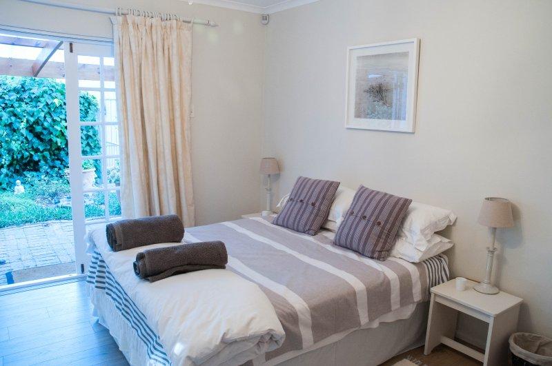 Dormitorio con puertas francesas que conducen al Patio