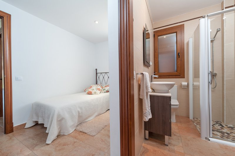 Single bedroom with en-suite bathroom