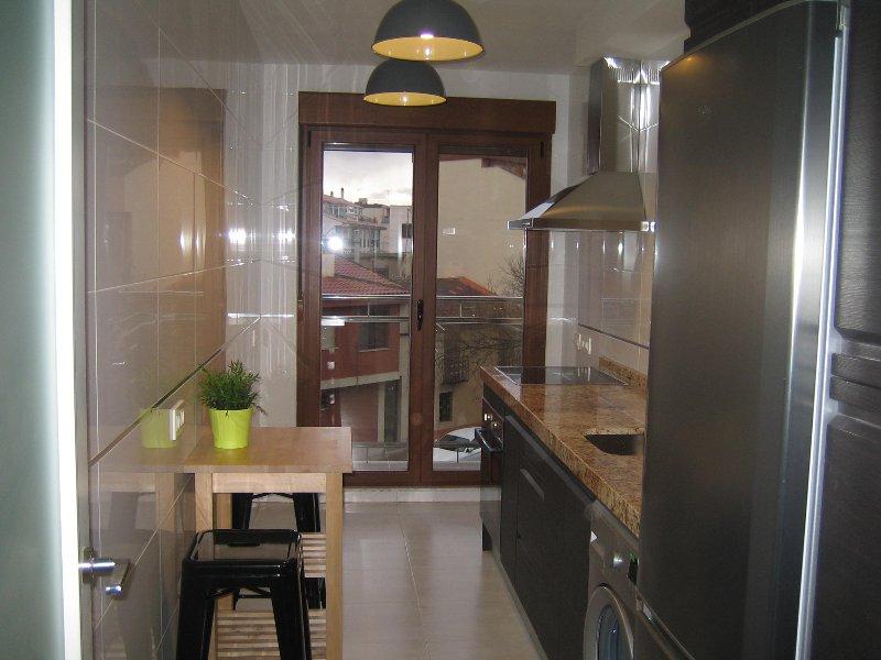 Apartamento /parking/piscina/aire acondicona... 4 per. (25 m del Puente Romano ), holiday rental in Valdemierque