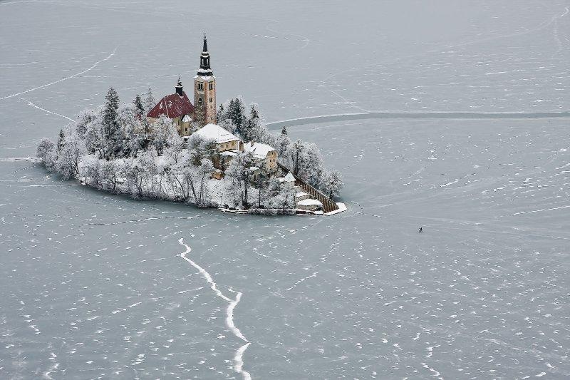 Der gefrorene See von Bled im Winter