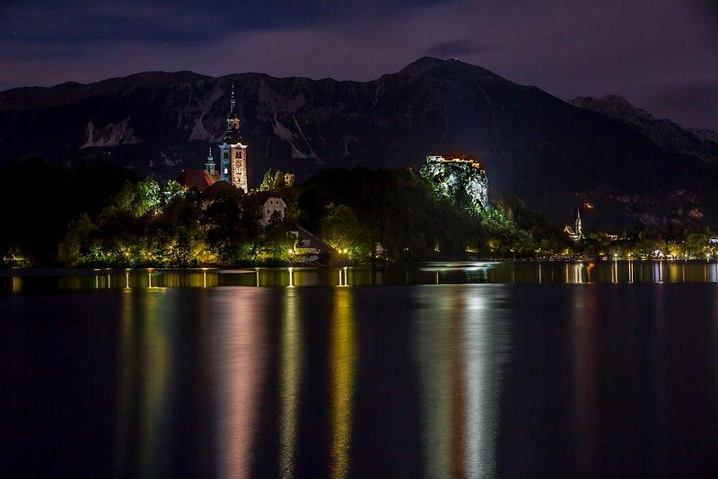 Der nahe gelegene Bleder See in der Nacht