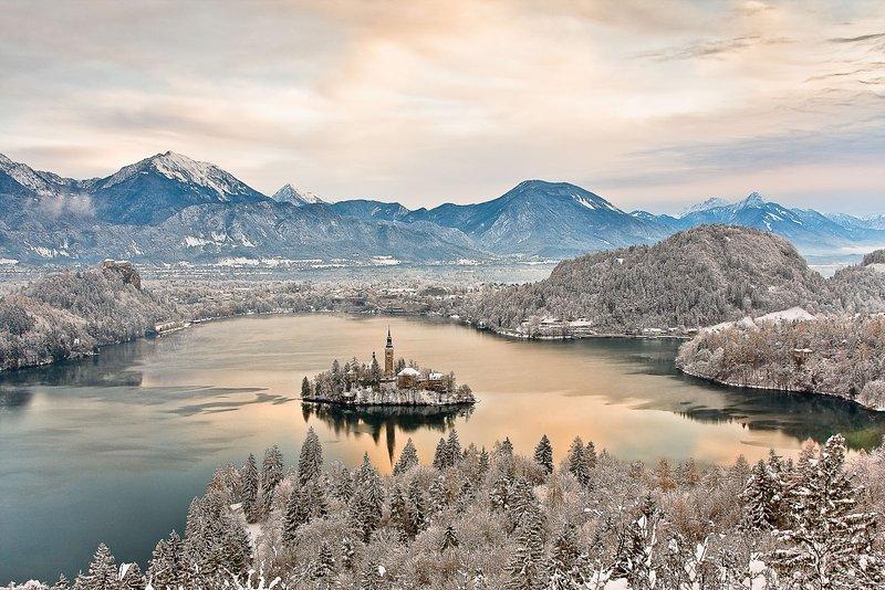 El hermoso Lago Bled desde el punto de vista Ojstrica en invierno.