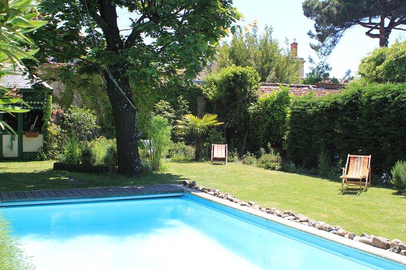Maison 200 M2 grand jardin arboré, calme et piscine, Ferienwohnung in Villenave D'ornon