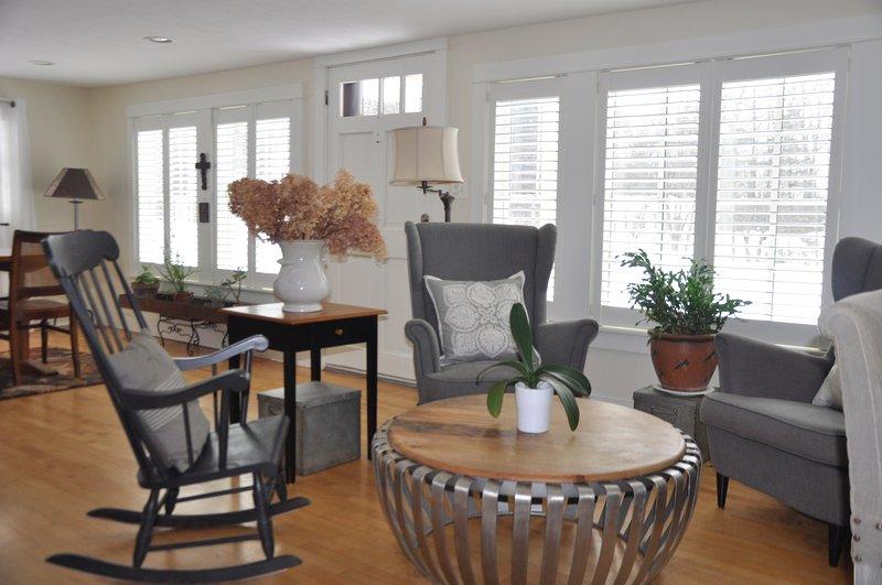 Área de estar confortável para ler ou assistir TV. blinds ajustáveis.