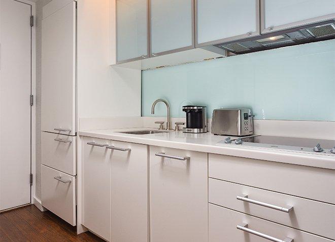 Keuken. Gevulde koelkast en een koffiezetapparaat met magnetron