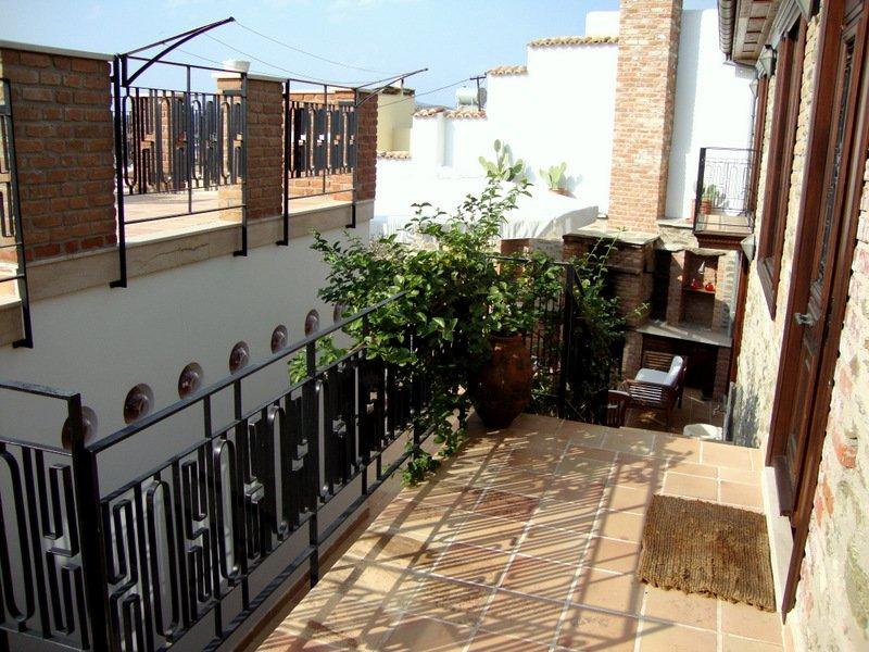 Midden terras waaruit beide huizen die deel uitmaken van Stone House
