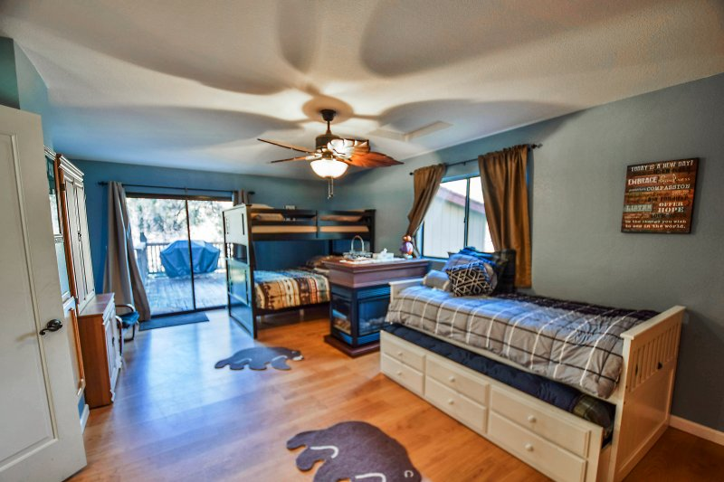 Blue room sleeps 6 with twin trundle, full-over-full bunk bed and TV with xbox 360 & some games