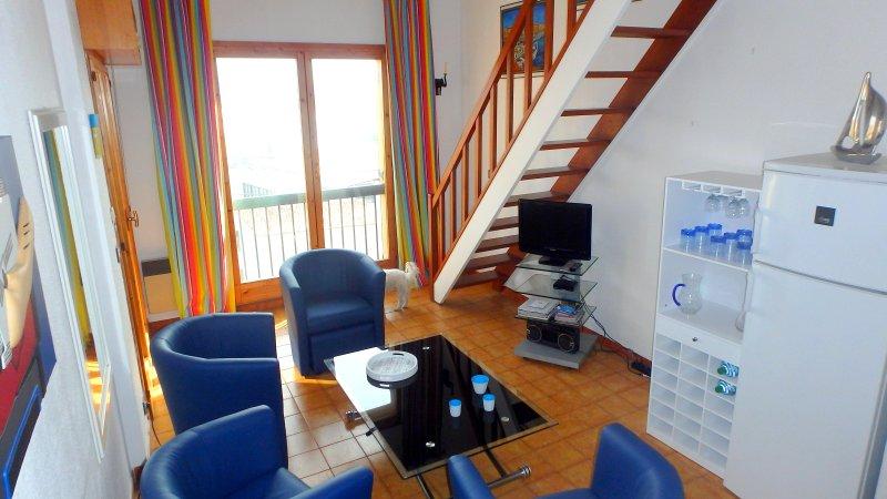 habitación desde otro ángulo vivir con una vista de la ventana de la puerta que conduce a la bahía de Calvi.