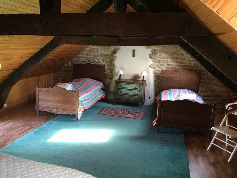 grote slaapkamer - 2e verdieping met 3 eenpersoonsbedden
