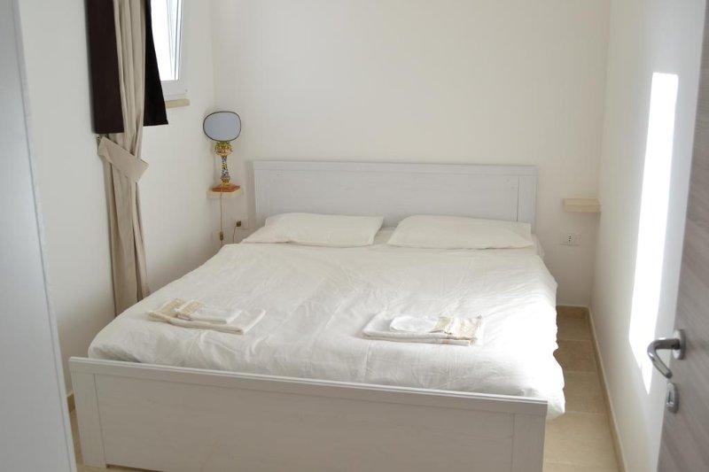 Camera matrimoniale con bagno indipendente e vista sull' oliveto, holiday rental in Miggiano
