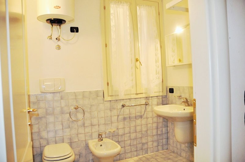 bright & spacious bathroom with shower & WC