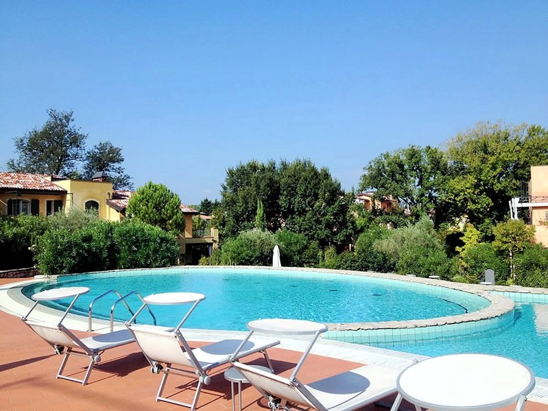 Disfrutar de la piscina grande y soleado jacuzzi!