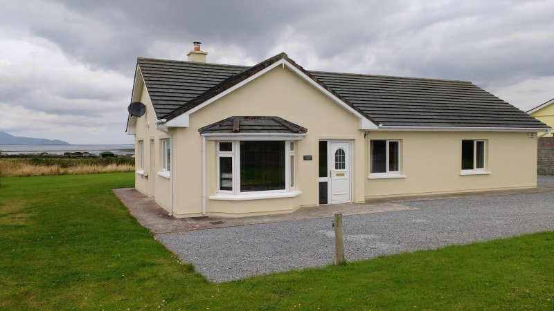 Atlantic View Holiday Cottage with Sea and Mountain views (Wild Atlantic Way), holiday rental in Lixnaw