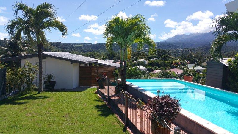 Maison piscine très belle vue sur les montagnes mer a 4mn, holiday rental in Goyave