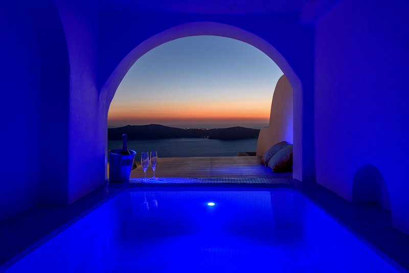 Abyssos private in-out hot tub  Jacuzzi with view to the sea, sunset, caldera and built sunbed