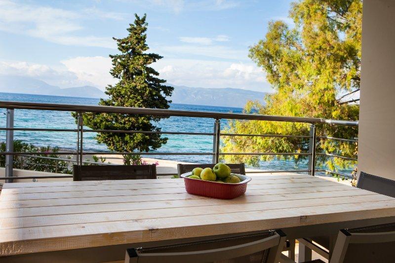 Condo Elia, luxurious, sea front maisonette, 10 meters from the sea, aluguéis de temporada em Sami
