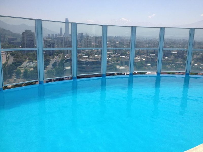 With a panoramic city vita enjoy the pool.