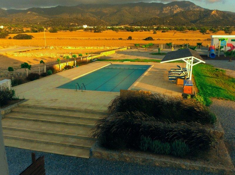 Vista de la piscina desde el balcón en la parte delantera de la propiedad