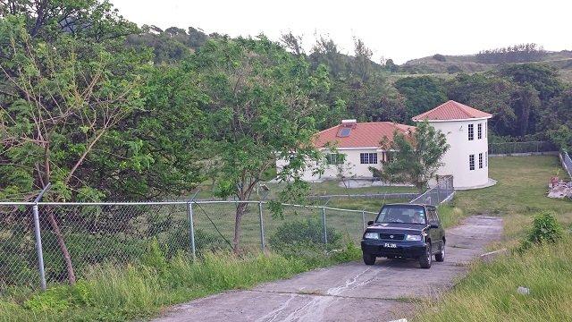 Allée - La Villa se trouve derrière une porte large automatique avec beaucoup d'espace de stationnement.