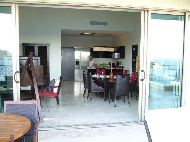 desde la terraza que mira a través de cenar área de cocina