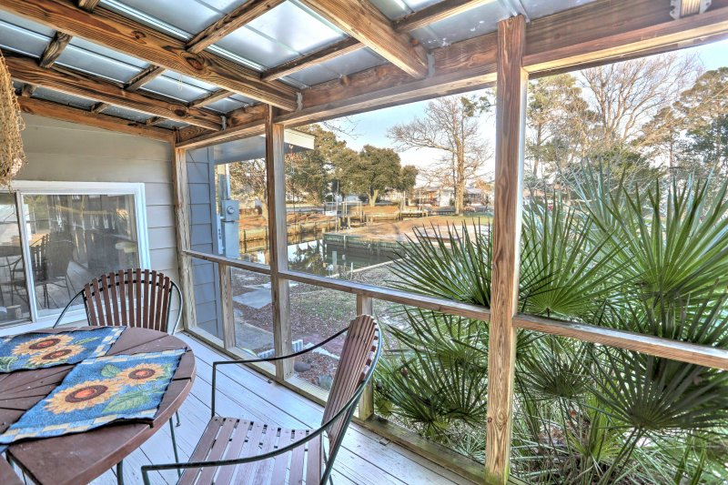 This charming Harkers Island vacation rental cottage is a boater's and fisherman's dream!