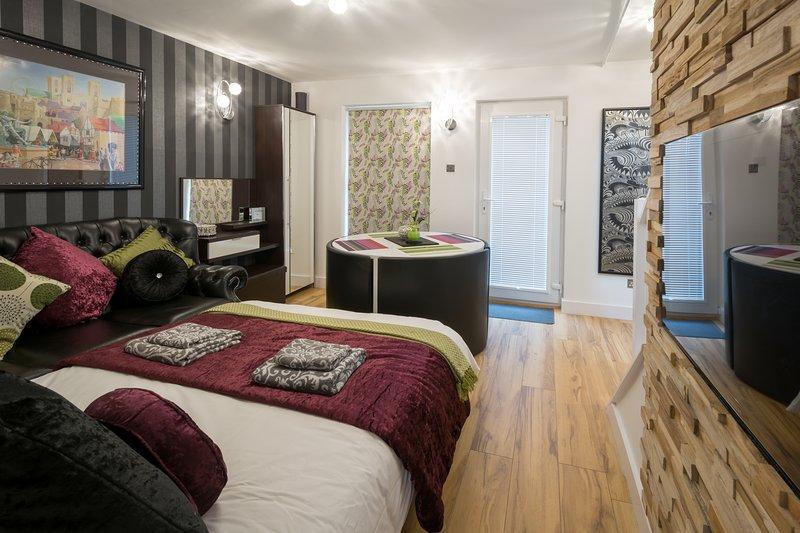 Wohnzimmer mit Faltwand Bett zweites Schlafzimmer in der Nacht schaffen.