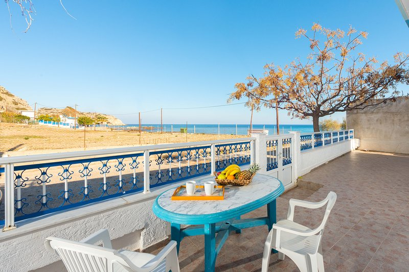 Sunny Beach Stegna (30 meter from the Beach), location de vacances à Stegna