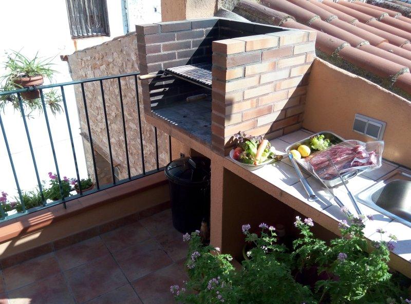 La barbacoa junto a la terraza de arriba.