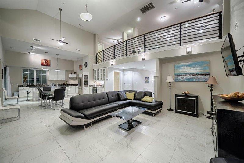 Mycket rymligt vardagsrum med ett fullt loft