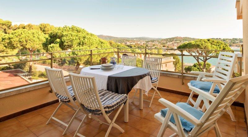 Brises II. A beautiful 1500m2 garden, a 150m2 swimming pool, aluguéis de temporada em Sant Feliu de Guixols