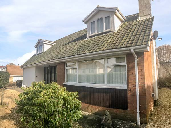 SEAGULLS, hot tub, ground floor bedrooms, close to beach, Porthcawl, Ref 943586, location de vacances à Ogmore-by-Sea