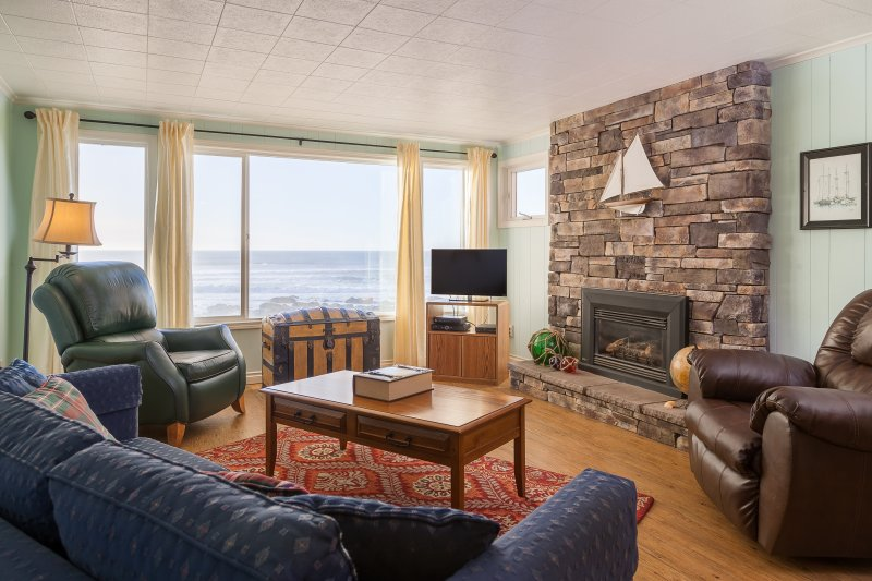 Captain Quarters-3 BD,kitchen,fireplace,oceanfront, holiday rental in Lincoln City