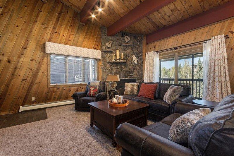 Couch, Mobilio, Ambientazione interna, Camera, Finestra