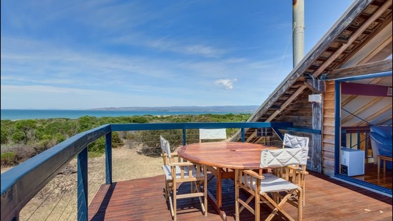 Dolphin Beach House - Indulgence by the sea, holiday rental in Swansea