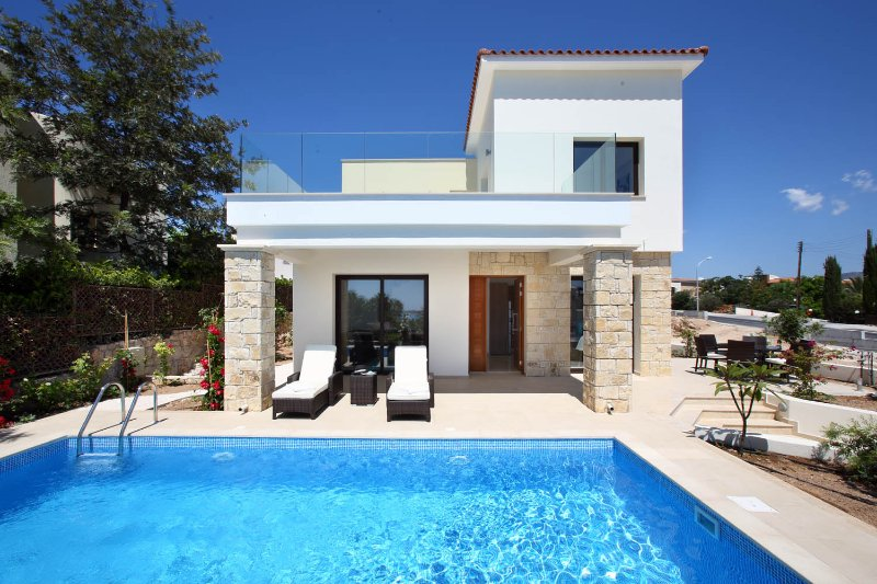 Golden villa 1. Luxury 3 bedroom beach villa with private pool., vacation rental in Khlorakas