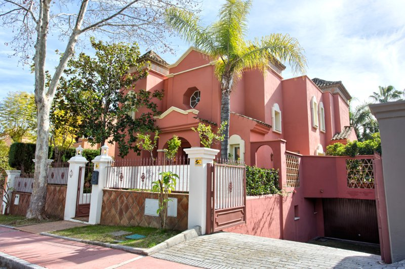 6 double bedroom villa with room for up to 15 people, private garden, pool and garage