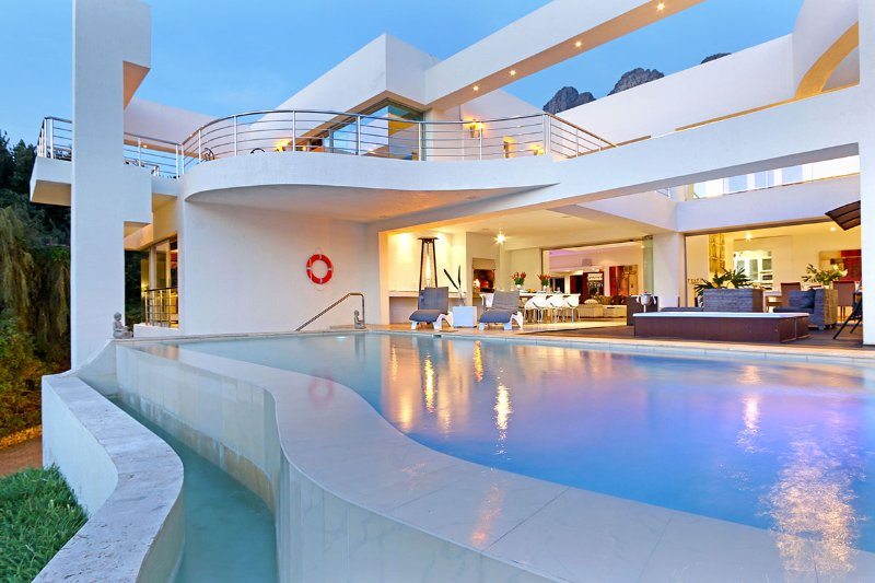 Hollywood Mansion & Spa Camps Bay 5 Star Luxury Villa- Butler (Sleeps 12) 6 B/R, holiday rental in Cape Town