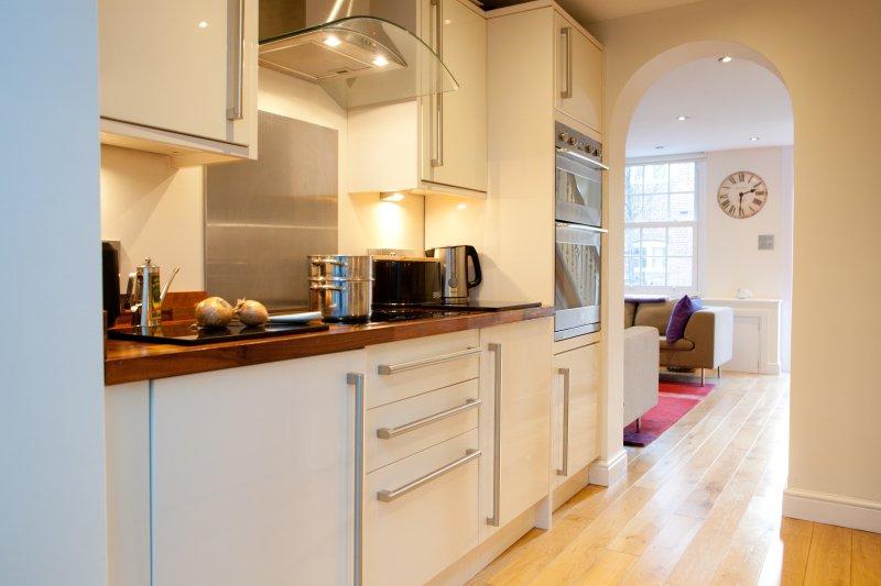 cocina totalmente equipada en Oxford Town House
