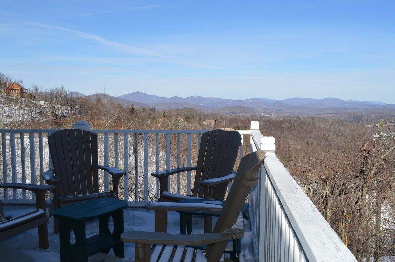 Pont avec sièges et vue sur la montagne