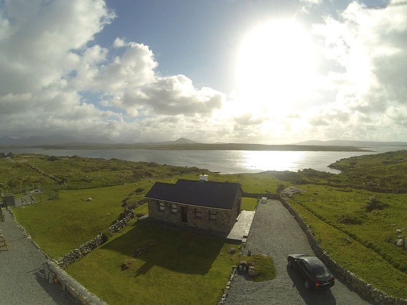 Cill Cottage, Inishnee, Roundstone - Luxury Cottage with Sea Views, holiday rental in Roundstone