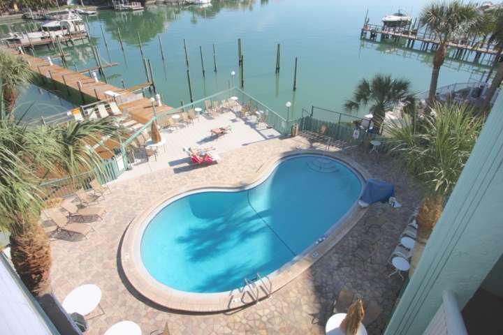 Pasar un día en el sol con la familia en este conveniente piscina comunitaria