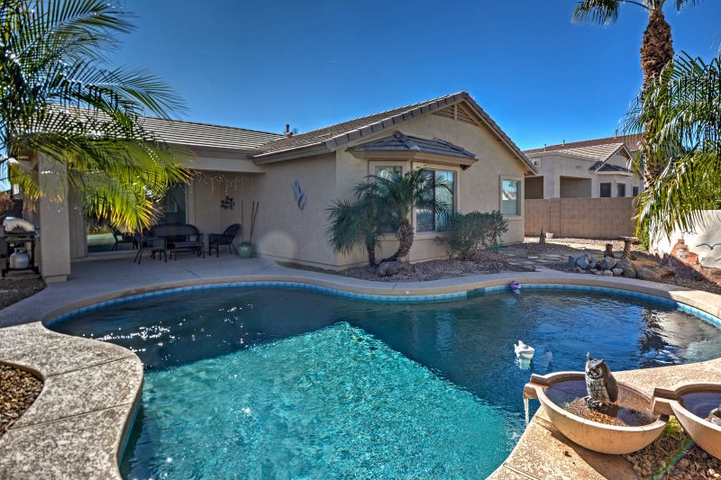 Luxe Home w/Pool ~3 Miles to San Tan Mountain Park, location de vacances à San Tan Valley