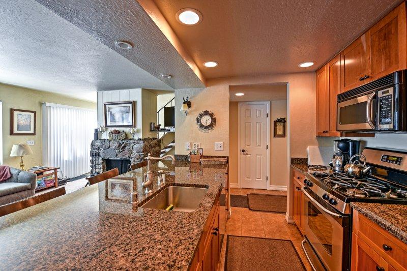 Préparer un repas cuisiné à la maison dans la cuisine entièrement équipée.
