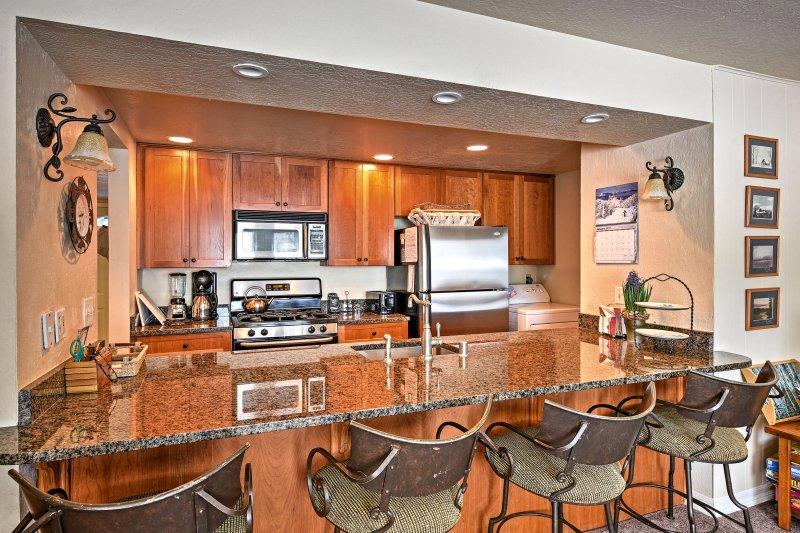 Gardez la conversation lorsque vous rejoignez le cuisinier au comptoir de la cuisine.