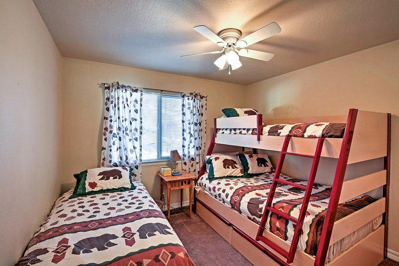 Le lit superposé avec lits jumeaux et le lit double ajouté offrent des options de couchage.