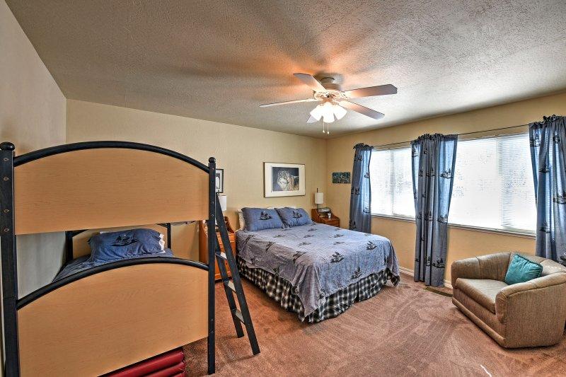 Détendez-vous sur le lit queen ou sur le lit superposé jumeau.