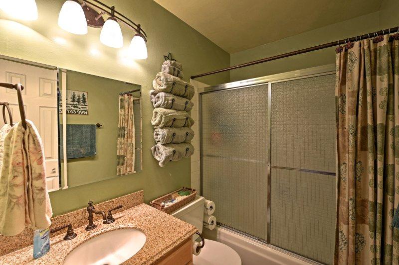 Rafraîchissez-vous avant le dîner dans la première salle de bain complète.