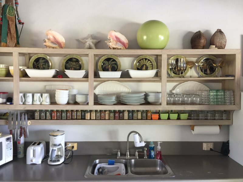 24 bocaux d'épices dans cette cuisine bien équipée attendent vos défis culinaires.