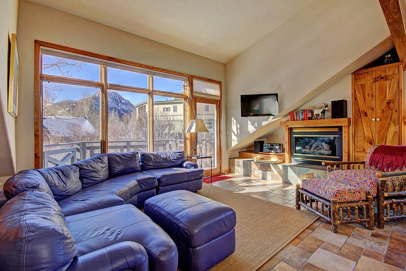 Beautifully appointed living area - Great room features comfy and high end sofa, HD TV, gas fireplace & gorgeous mountain views.