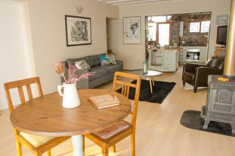 Sundowner Loft ( Cottage Apartment ) Lounge and dining area